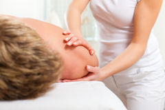 Patient an der Physiotherapie - Massage Stockfoto