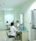 Patient, der Sehtest tut stockbilder