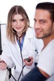 Patient, der seinen Blutdruck überprüft stockbild