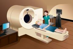 Patient, der sich auf einer Scan-Maschine hinlegt Stockbilder