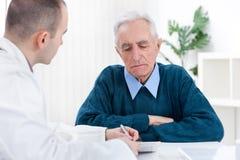 Patient in doctor?s Büro stockfotos