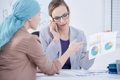 Patient and doctor discussing statistics Royalty Free Stock Photography