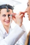 Patient in einer Prüfung durch Doktor in der Klinik Lizenzfreie Stockfotografie