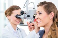 Patient in einer Prüfung durch Doktor in der Klinik Stockfotografie