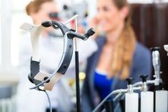 Patient in einer Prüfung durch Doktor in der Klinik Lizenzfreie Stockfotos