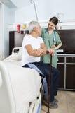 Patient et infirmière Looking At Each autre au centre de réhabilitation Image stock