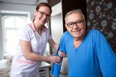 Patient et infirmière supérieurs heureux de sourire Image stock