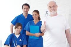 Patient et médecins heureux Photos libres de droits