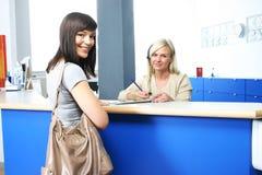 Patient et réceptionniste photo libre de droits