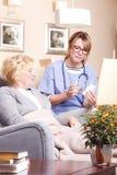 Patient et travailleur social pluss âgé Image libre de droits