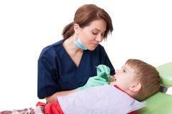 Patient féminin amical et mignon de dentiste et de garçon Photo stock