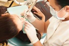 Patient féminin au dentiste photo libre de droits
