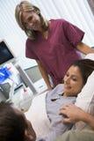 Patient féminin ayant des oeufs recherchés utilisant l'ultraso Image libre de droits