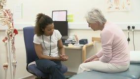Patient féminin d'Examining Senior Female de physiothérapeute banque de vidéos