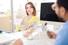 Patient féminin dans la clinique moderne photo libre de droits