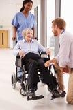 Patient féminin de docteur Talking To Senior dans le fauteuil roulant Image stock