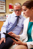 Patient féminin de mâle de docteur In Consultation With images libres de droits