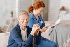 Patient gealterter Herr, der seine medizinische Bewertung empfängt stockfoto