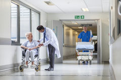 patient Hospital Corridor推挤盖尼式床担架的Nurse医生 免版税库存图片