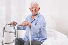 Patient hospitalisé avec un cadre de marche Images stock