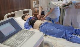 Patient hospitalisé de sondes de cardiographe photographie stock