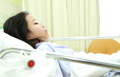 Patient im Krankenhausbett Stockbild