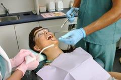 Patient im zahnmedizinischen Büro, zum des Einfrierens zu empfangen Stockbilder