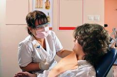 Patient konsultieren innen Raum - Zahnarzt. Stockbild