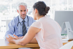 Patient l'expliquant douloureuse au docteur Image libre de droits