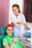 Patient à la procédure des dents blanchissant Photographie stock libre de droits
