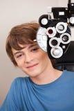 Patient masculin ayant l'essai de yeux Photographie stock libre de droits
