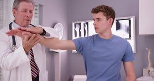Patient masculin blanc beau avec le sho de examen de docteur supérieur Photos stock