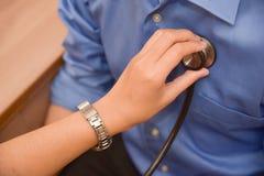 Patient masculin de examen de docteur féminin Photos stock
