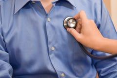 Patient masculin de examen de docteur féminin Images libres de droits