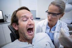 Patient masculin effrayé pendant un contrôle dentaire photos libres de droits
