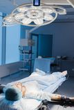 Patient masculin préparé par une équipe d'anesthetists pour la chirurgie abdominale, hôpital photos libres de droits