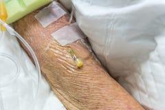 Patient med salthaltigt intravenöst i sjukhuset Royaltyfri Fotografi