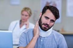 Patient mit einem zervikalen Kragen Stockbild
