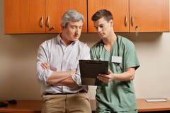Patient mit Techniker At Clinic Stockfotografie