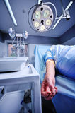 Patient mit Tropfenfänger in der Ader auf Hintergrund des chirurgischen Betriebs Stockfoto