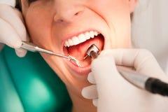 Patient mit Zahnarzt - zahnmedizinische Behandlung Stockbild