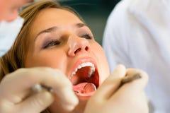 Patient mit Zahnarzt - zahnmedizinische Behandlung Stockfotos