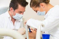Patient mit Zahnarzt - zahnmedizinische Behandlung Lizenzfreie Stockfotografie