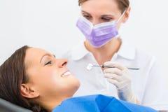 Patient mit Zahnarzt - zahnmedizinische Behandlung Stockbilder