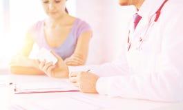 Patient och doktor som ordinerar läkarbehandlingen royaltyfria bilder