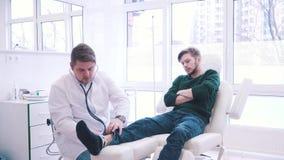 Patient på mottagandet av en inkompetent doktor arkivfilmer