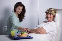 Patient plus âgé avec son travailleur social Photo libre de droits