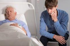 Patient plus âgé cassé par Mentaly images stock
