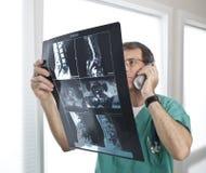 patient radiologi för discudoktor som granskar bildläsningar Royaltyfri Fotografi
