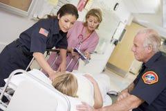 patient rusa för nödlägesjukhusperson med paramedicinsk utbildning Royaltyfri Bild